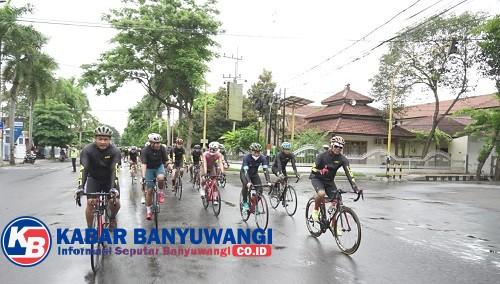 Saat Wakil Ketua Komisi III DPR RI Gowes Keliling Banyuwangi