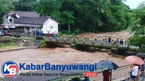 Hujan Deras Sejumlah Ruas Jalan Perkotaan Banyuwangi Tergenang Banjir