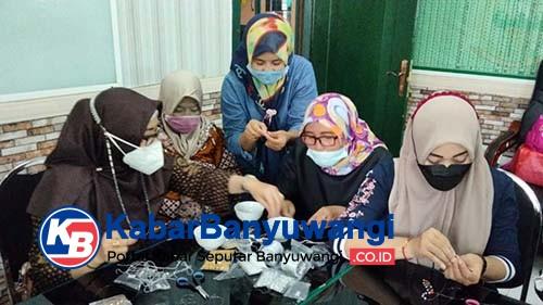 Kreativitas Persit Kodim 0825 Banyuwangi Membuat Konector Masker