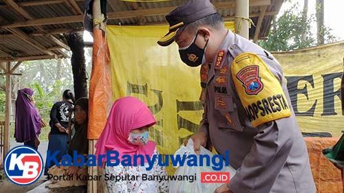 Jumat Berkah, Polisi Banyuwangi Bagi 8000 Masker dan Sembako ke Warga