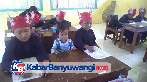Siswa SD Terpencil Kayangan, Banyuwangi, Sekolah Sambil Mengasuh Adik