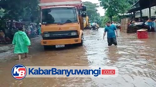 Jembatan Alasbuluh, Wongsorejo Diterjang Banjir, Jalur Pantura Macet Total