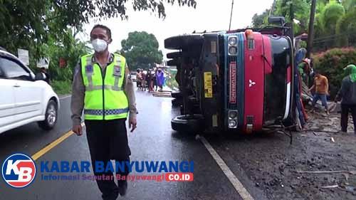 Diduga Kelebihan Muatan, Truk Tronton Angkut Kayu Sengon Terguling