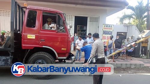 Diduga Rem Blong, Truk Kontainer Seruduk Mobil dan Motor Parkir