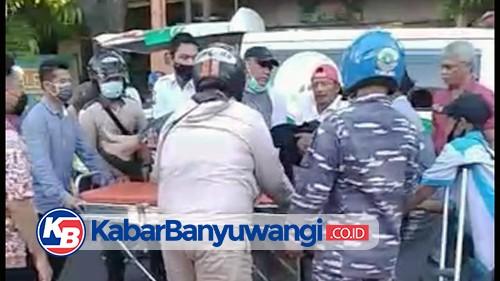Keluar Mobil, Pria Ini Disambar Pemotor Lalu Terkapar di Aspal