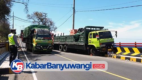 Hindari Kendaraan Lain, Truk Hino Tabrak Pengaman Jembatan Watudodol