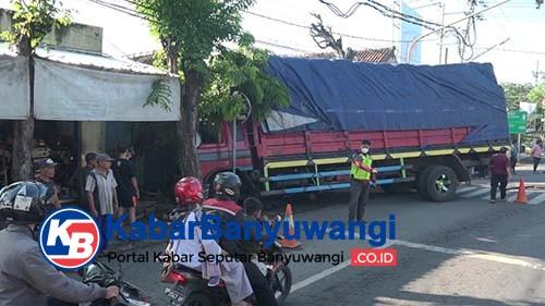 Rem Blong, Truk Sarat Muatan Tabrak Pohon dan Rumah Warga di Sukowidi