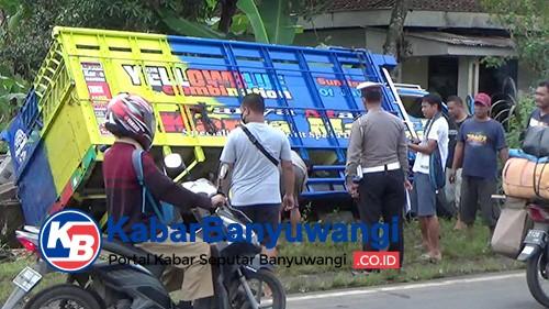 Truk Tergelincir Tabrak Rumah Produksi Batako hingga Terperosok ke Selokan