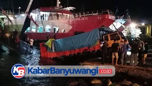 Truk Tronton Muat Gula Pasir Tergelincir di Dermaga Pelabuhan LCM Ketapang