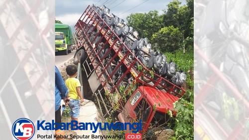 Truk Bermuatan Motor Nyungsep Setelah Menabrak Pembatas Jembatan di Wongsorejo