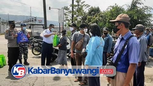 Warga Pesisir dan Pedagang Asongan di Pelabuhan Ketapang Dapat Jatah Sembako