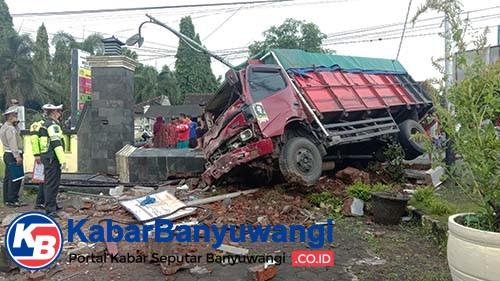 Hindari Adu Banteng, Truk Tabrak Kantor Desa Wonosobo, Dua Nyawa Melayang