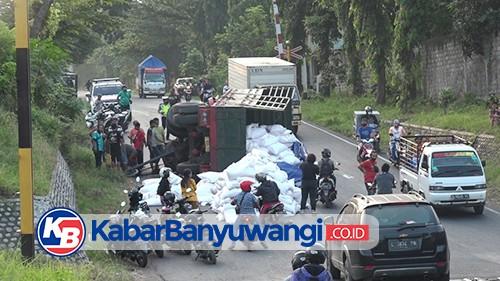 Truk Gandeng Muat 35 Ton Pupuk Terguling Dekat Perlintasan KA Argopuro